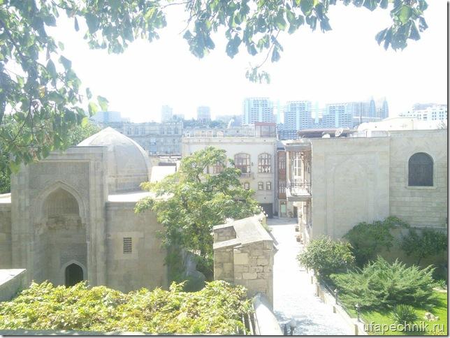 Кусочек Старого города на фоне современного Баку